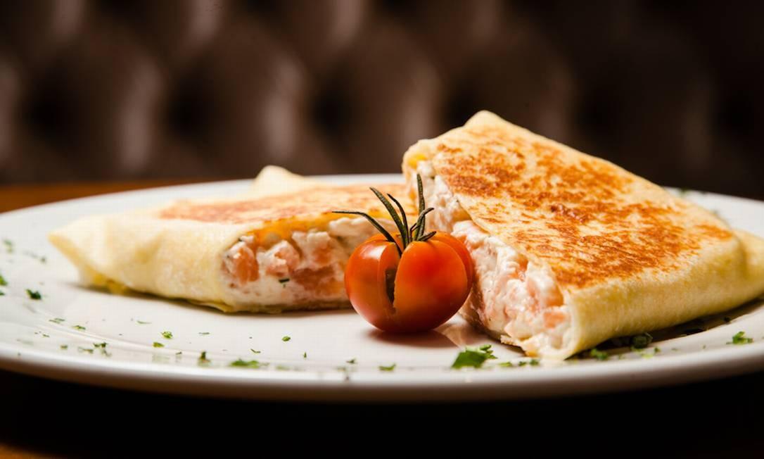 Le Dépanneur. O crepe de salmão defumado com cream cheese (R$ 31,90, foto) disputa no cardápio com os sabores frango com catupiry e alho-poró (R$ 29,90); presunto e queijo (R$ 23,90) e o clássico marguerita (R$ 23,90). Av. Afrânio de Melo Franco 290, Leblon (2512-6961). Seg a sáb, das 8h30m às 23h. Dom e feriados, das 8h às 22h. Rodrigo Costel / Divulgação