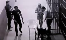 Ex-governador Anthony Garotinho é atendido na prisão pelo ex-secretário de Saúde Sérgio Cortes após supostamente ter sido agredido na cela no presídio de Benfica - 24/11/2017 Foto: Reprodução de vídeo / Agência O Globo