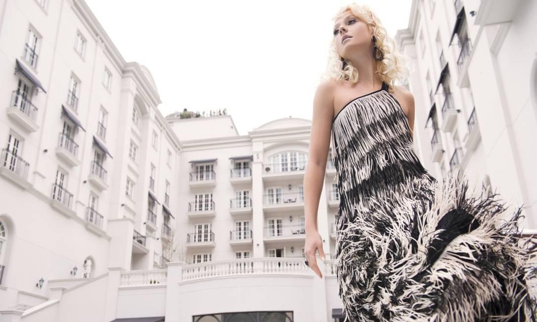 """""""Para sair do lugar comum com o p&b, uma dica é investir em peças com modelagens inusitadas. Recortes e acessórios de peso também fazem a diferença"""", sugere Bel Yunes, diretora de estilo da Animale. A modelo usa vestido Animale; brincos Le Diamond; anel Brennheisen Faya"""