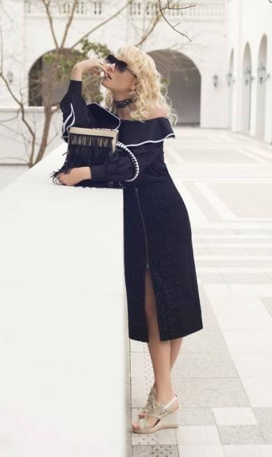 Saia Lança Perfume; blusa Regina Salomão; sandálias Inbox Shoes; bolsa Andrea Muller; gargantilha e anel Brennheisen; e óculos Fuel Faya