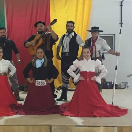 O evento traz apresentações com danças e trajes típicos Foto: Divulgação / Foto