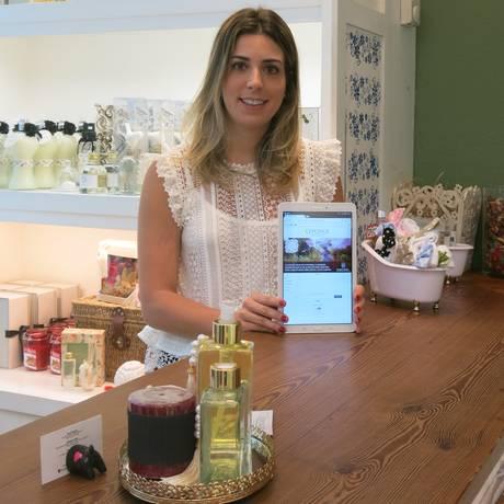 A empresária Nathalia Carravetta doa alimentos a a cada compra de R$ 100 no site da L'Eponge Foto: Carolina Callegari / Agência O Globo
