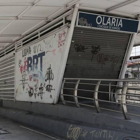 Estação do BRT Transcarioca sofre com ação de vândalos Foto: Agência O Globo / Brenno Carvalho