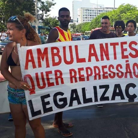 Ambulantes durante a manifestação: ato terminou em confusão com agentes da Seop Foto: Divulgação