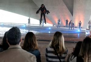 Apresentação do homem voador na Cidade das Artes durante o festival Foto: Guilherme Pinto / Agência O Globo