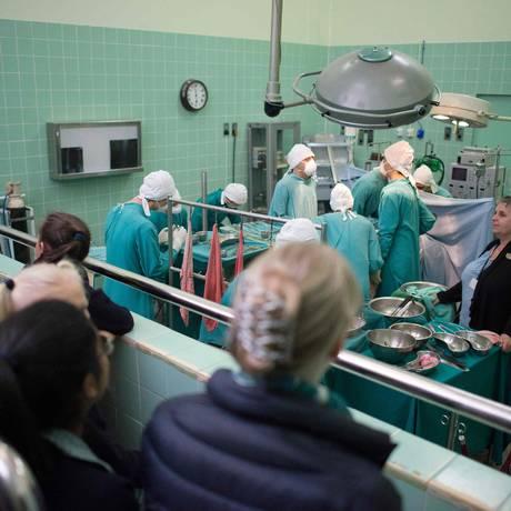O hospital onde o transplante inédito foi realizado é hoje um museu, com salas que recriam cenas daquela operação Foto: RODGER BOSCH / AFP