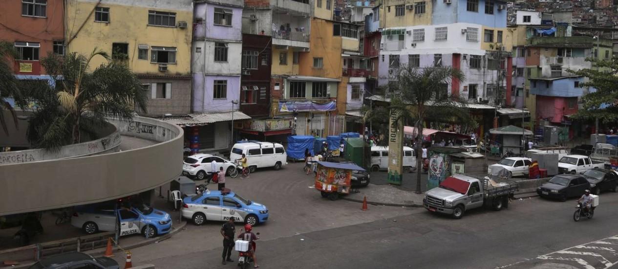 """A Rocinha, em evidência por questões de segurança, reúne jovens empreendedores e iniciativas culturais, como o Rocinha.com, de Edu Carvalho, que estará no """"Reage,Rio!"""" Foto: Fabiano Rocha / Agência O Globo"""