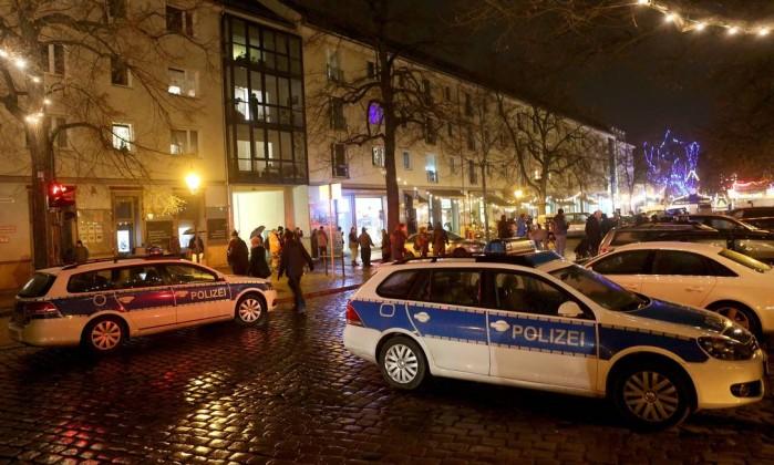 Carros da polícia parados em uma fesira natalina da cidade alemã de Potsdam para onde um pacote suspeito foi enviado- ADAM BERRY  AFP