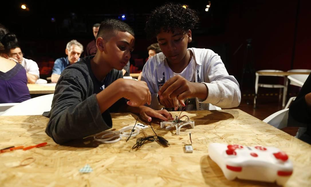 No Wired Festival, crianças aprendem a construir com peças feita em impressora 3D um mini drone que decola e pousa direto da mão do usuário Foto: Pablo Jacob / Agência O Globo