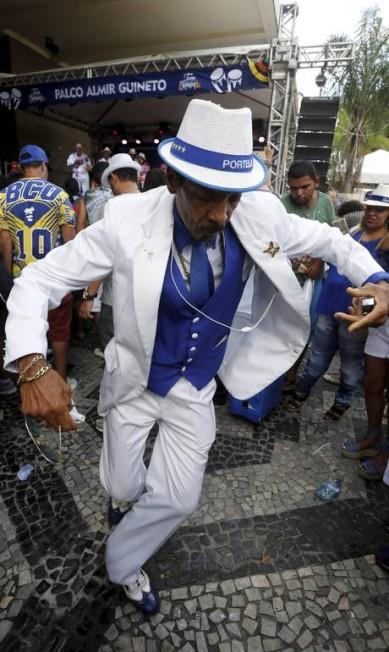 Passista em ação antes da partida do trem Domingos Peixoto / Agência O Globo