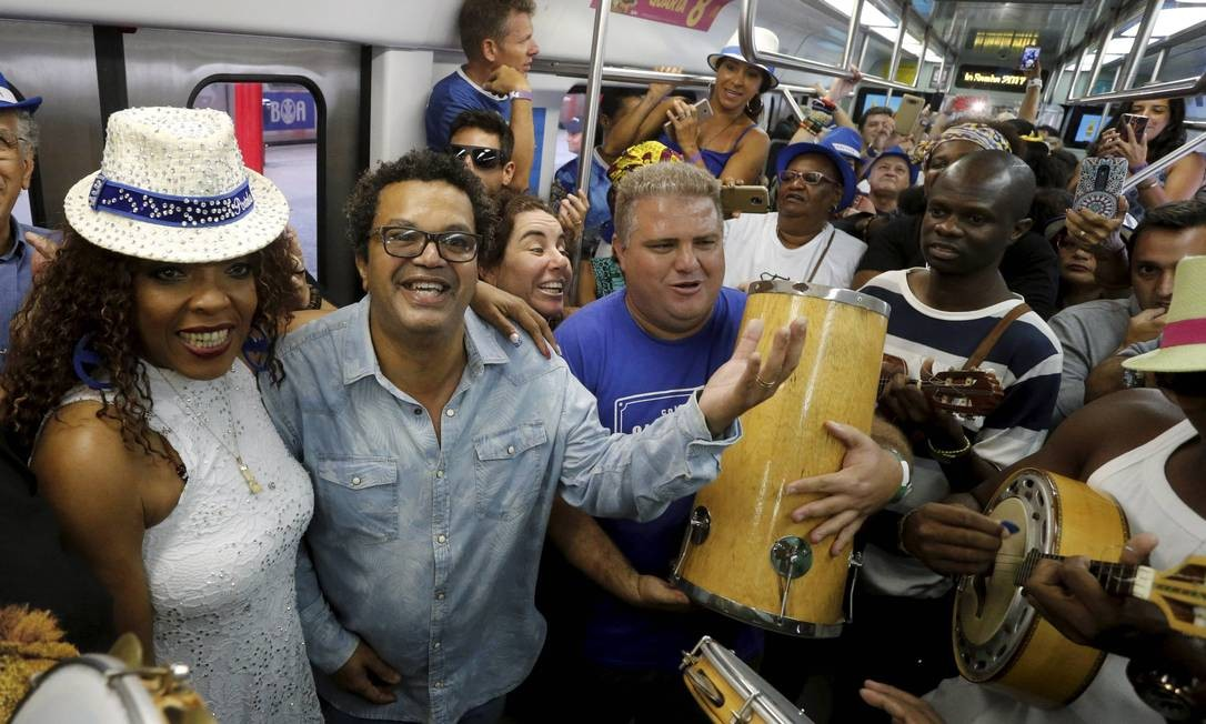 Comandado por Marquinhos de Oswaldo Cruz (de óculos), o Trem do Samba é uma recriação da viagem que Paulo da Portela fazia na década de 20, quando era proibido cantar o rítimo Domingos Peixoto / Agência O Globo