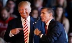 Trump e Michael Flynn durante a campanha presidencial. Presidente admitiu no Twitter que sabia que ex-conselheiro de Segurança Nacional mentira ao FBI Foto: GEORGE FREY / AFP