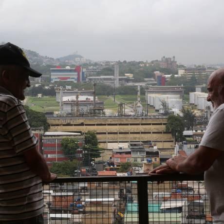 No Minhocão de Benfica, os moradores Wilson Joaquim Ferreira (à esquerda) e Francisco Carlos da Silva, de frente para a cadeia, que está no noticiário por abrigar políticos investigados Foto: Custódio Coimbra / Agência O Globo