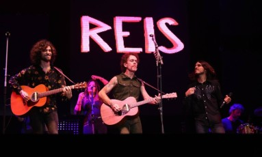 Nando Reis chamou ao palco o duo 2 Reis, formado por seus filhos Sebastião e Theodoro Foto: Ulisses Dumas / Argo Imagens