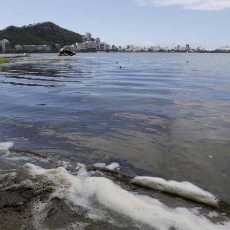 Espuma às margens da lagoa podem ser ocasionadas pelo despejo de esgoto Foto: Domingos Peixoto / Agência O Globo