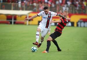Pará e Uillian disputam bola no Barradão Foto: Gilvan de Souza/Flamengo