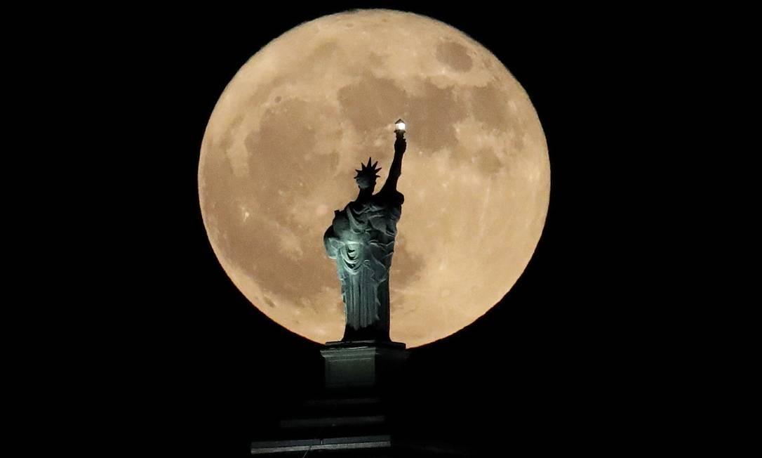 Superlua é flagrada atrás de réplica da Estátua da Liberdade em Buffalo, nos EUA Julio Cortez / AP