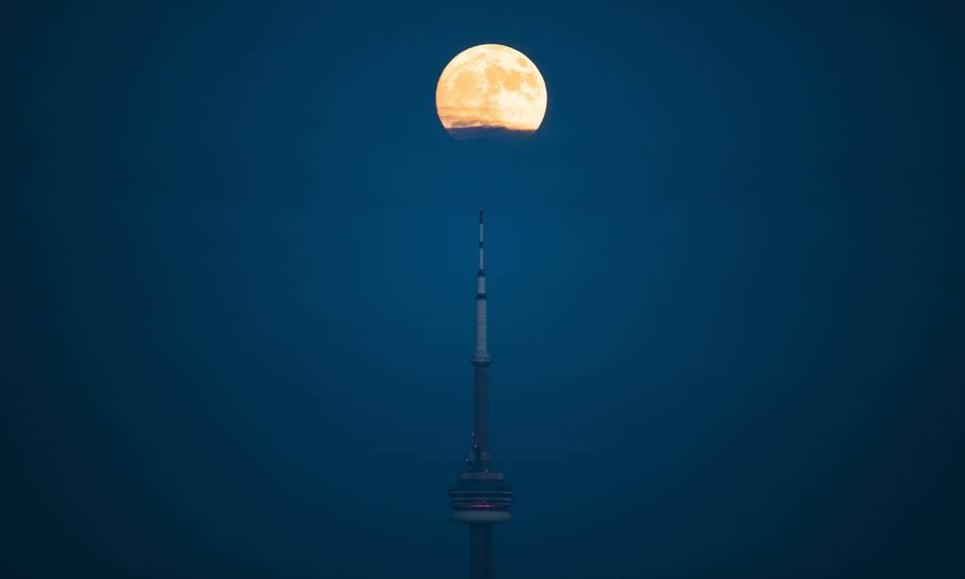 Na CN Tower, símbolo arquitetônico de Toronto (Canadá), a Lua parece 'espetada' Mark Blinch / AP