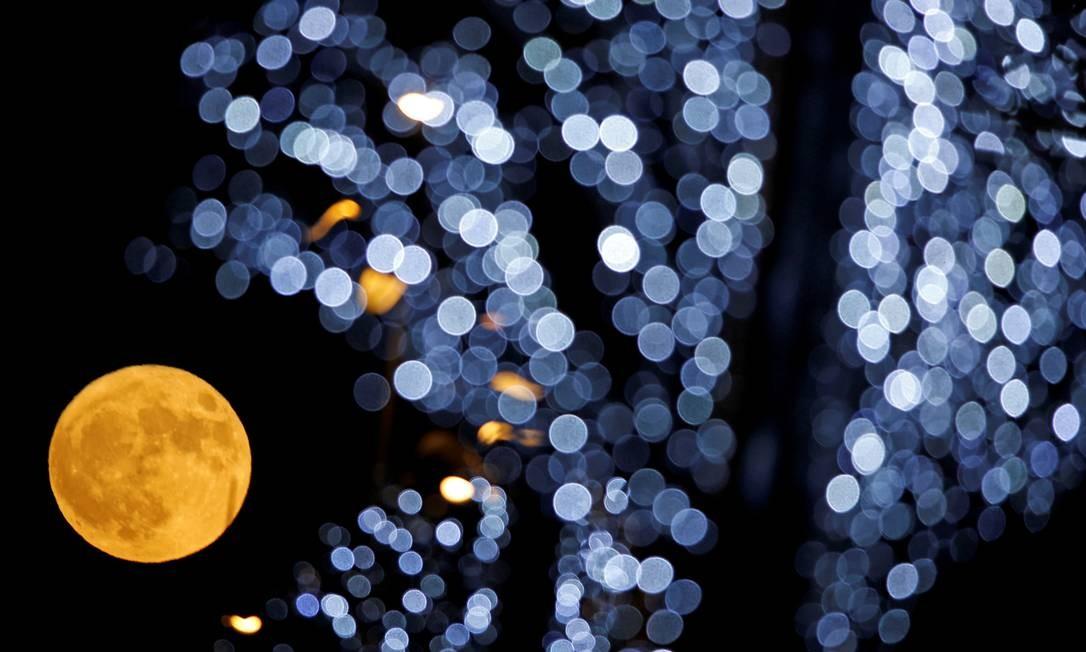 Superluas não são fenômenos muito raros. Acontecem pelo menos uma vez a cada ano. Em Marselha, Sul da França, as decorações de Natal ganharam a companhia da Lua Foto: JEAN-PAUL PELISSIER / REUTERS