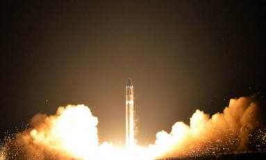Imagem divulgada pelo governo da Coreia do Norte mostra o que seria o Hwasong-15, míssil balístico intercontinental Foto: KCNA / AP