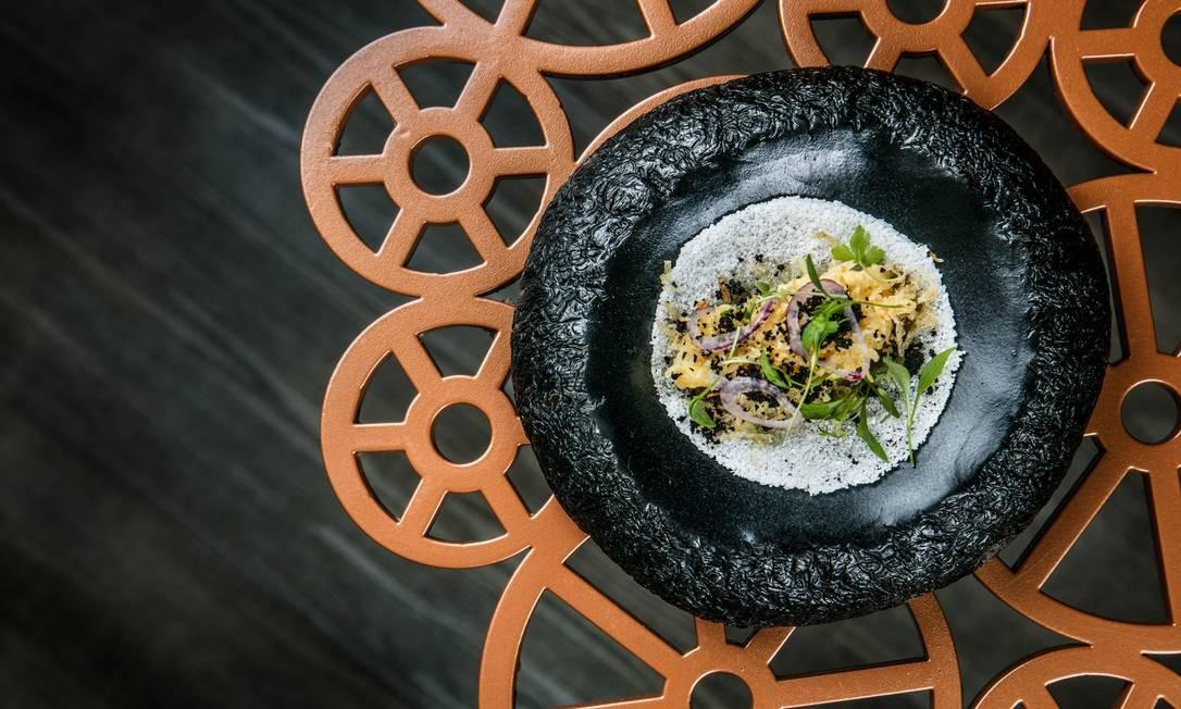 No capítulo de snacks do menu do Oro, um dos pratos é a tapioca e bacalhau à Brás, servida com folha da capuchinha, a PANC que dá o amargor. Entre os pratos preparados na brasa, a azedinha (a PANC da acidez) vai no pescado com baroa e café, de duas formas: crua ou condimentada em um molho. Ambos estão nos menus Criatividade (com as mãos + três com talheres + um doce R$ 385) e afetividade (com as mãos + um com talheres + um doce R$ 295). Rua General San Martin 889, Leblon (2540-8768). Divulgação/Tomas Rangel