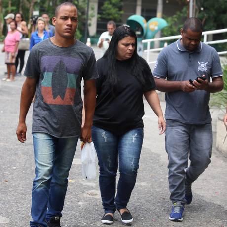 O marido e os pais da jovem Karolayne na chegada ao hospital Foto: Fabiano Rocha / Agência O Globo