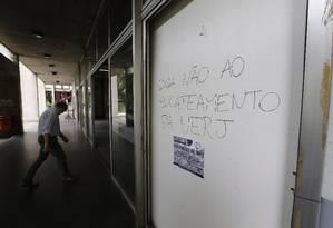 Funcionários da Uerj, em greve, estão com salários de setembro e outubro atrasados, além do 13° de 2016 Foto: Pablo Jacob / Agência O Globo