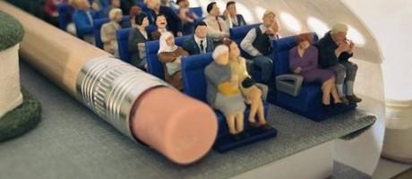 Derrick Lin criou um avião com ajuda de objetos do escritório Foto: Divulgação