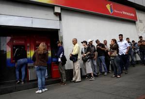 Fila em caixa automático em Caracas, na Venezuela, para saque de dinheiro. Foto: Marco Bello/Reuters