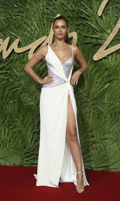 Entre as mais sexies da noite estava a modelo Irina Shayk, que também foi de Versace Joel C Ryan / Joel C Ryan/AP