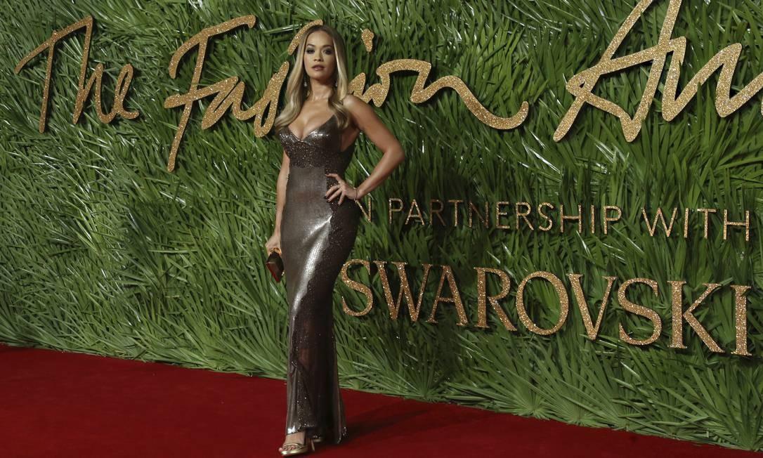 A cantora Rita Ora também apostou no brilho, com um vestido Versace Joel C Ryan / Joel C Ryan/AP