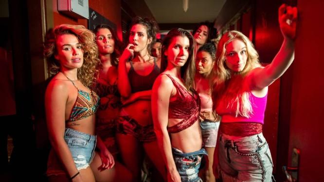 As meninas do bordel Maíra (Juliane Araújo), Vanessa (Fernanda Nizzato), Desirée (Priscila Assum) e Karina (Malu Rodrigues) Foto: Divulgação/TV Globo/Raquel Cunha