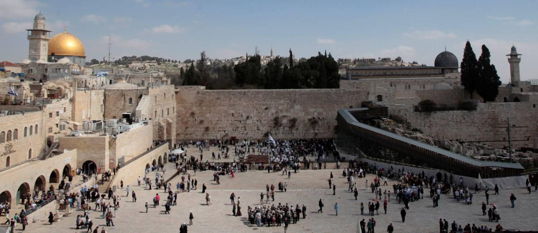 O Domo da Rocha, o Muro das Lamentações e a entrada da Esplanada das Mesquitas/Monte do Templo são fotografados na Cidade Velha de Jerusalém Foto: Baz Ratner / REUTERS
