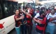Rhodolfo, Juan e César posam para selfies com torcedores na Argentina