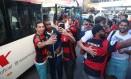 Rhodolfo, Juan e César posam para selfies com torcedores na Argentina Foto: Gilvan de Souza