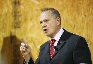 O candidato ao Senado pelo estado de Alabama Roy Moore discursa num comício na cidade de Dora Foto: Brynn Anderson / AP