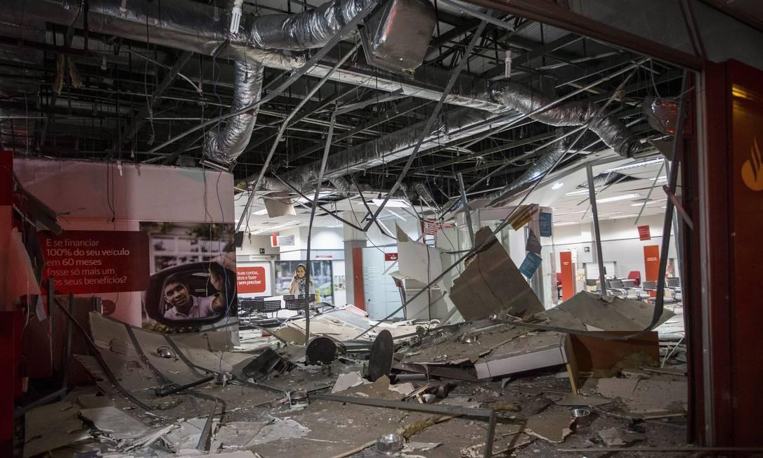 Rastro de destruição deixado por bandidos em agência bancária Foto: Guito Moreto / Agência O Globo