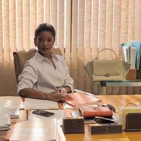 Erika em cena como a juíza Raquel na novela 'O outro lado do paraíso' Foto: Reprodução / Instagram