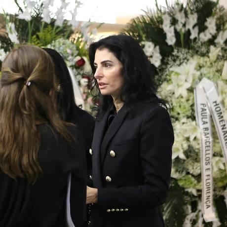 Antônia Frering recebe as condolências de amigos e parentes Foto: Guilherme Pinto / Agência O Globo