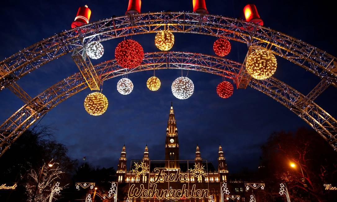 Bolas decorativas na feira de Natal em frente ao prédio da prefeitura de Vienna, na Áustria Foto: LEONHARD FOEGER / REUTERS