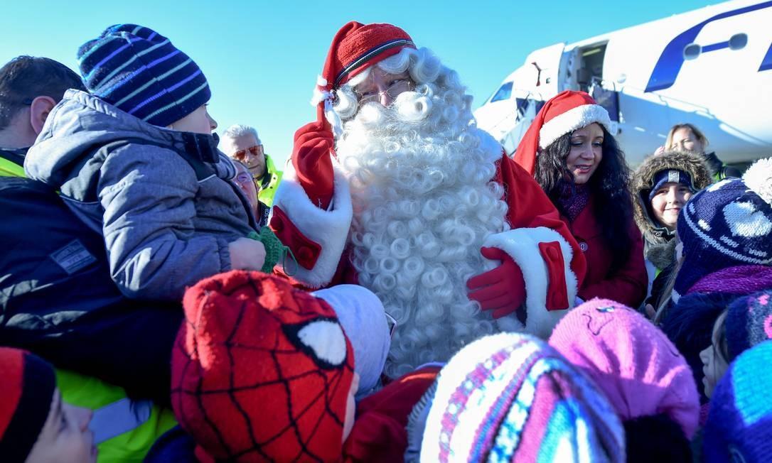 O Papai Noel da Lapônia deixou sua casa na Finlândia para visitar as crianças no aeroporto de Liszt Ferenc em Budapeste, na Hungria Foto: ATTILA KISBENEDEK / AFP