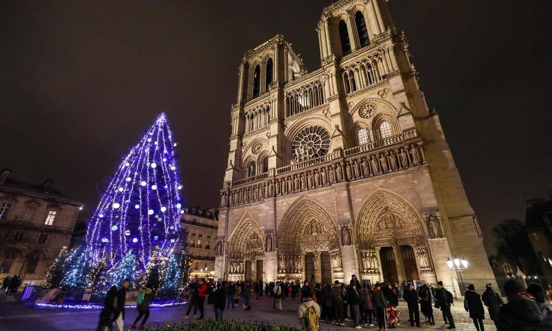 Árvore de Natal acesa em frente a Catedral de Notre Dame em Paris, na França Foto: LUDOVIC MARIN / AFP