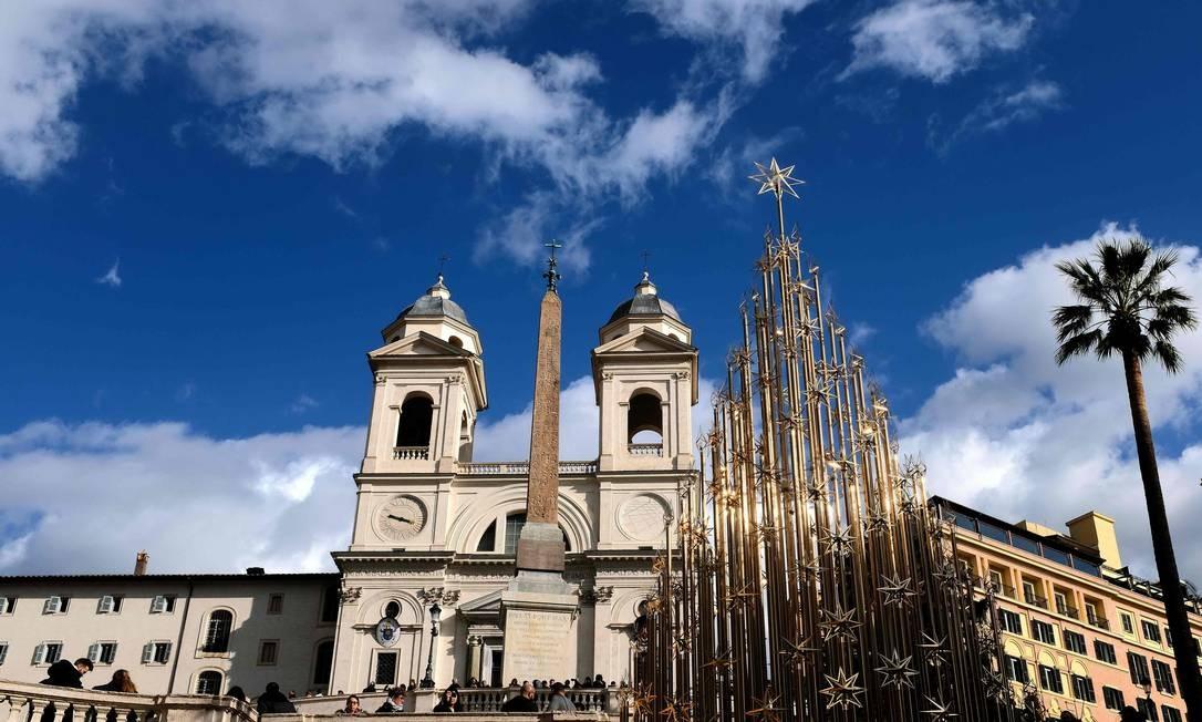 Em Roma, na Itália, uma árvore de Natal ao lado da Igreja da Santíssima Trindade dos Montes (Trinita dei Monti) Foto: ALBERTO PIZZOLI / AFP