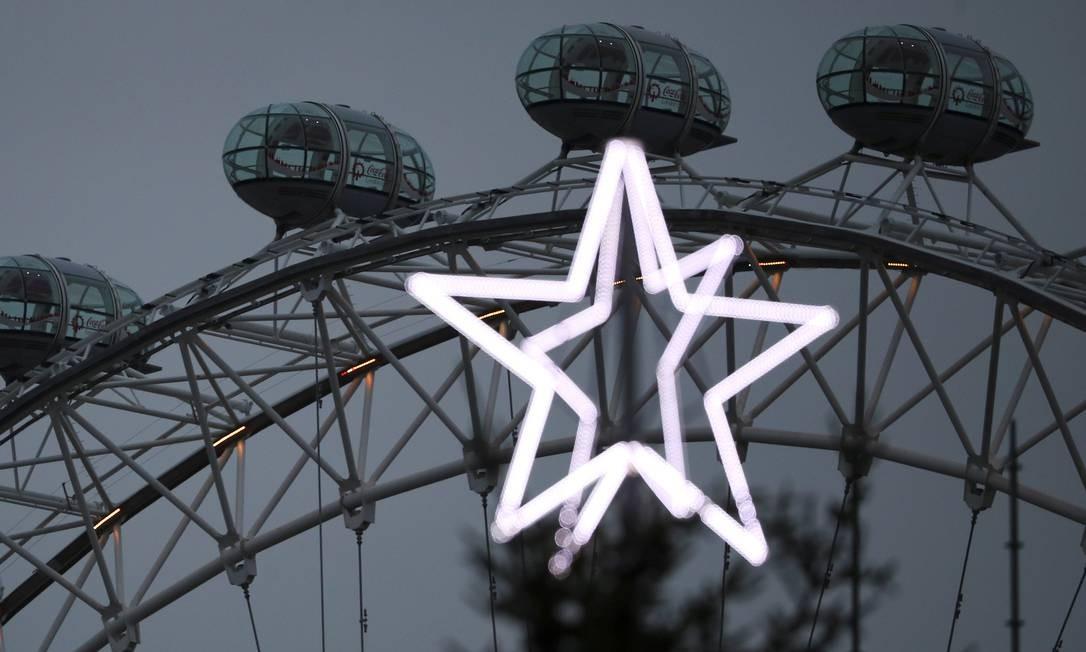 A roda-gigante London Eye e a estrela de Natal de Londres HANNAH MCKAY / REUTERS