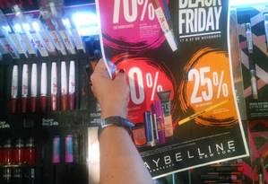 A professora Patrícia segura o cartaz da promoção da Maybelline Foto: Divulgação
