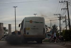 Ônibus com problema no escapamento circula junto a ciclistas no Rio de Janeiro: poluição do ar pode anular benefícios de atividade física Foto: Daniel Marenco / Daniel Marenco/9-9-2015