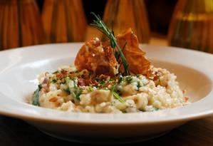 No Il Borsalino, o risoto com presunto de Parma é um dos pratos principais. Como entrada, a sugestão é o steak tartare trufado com mostarda Dijon; e, para sobremesa, profiteroles de tapioca com calda de frutas vermelhas (R$ 180) Foto: Divulgação/Filico