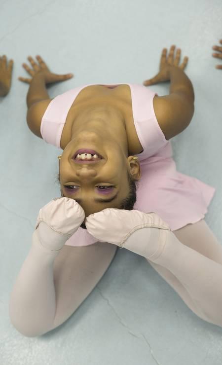 O sorriso da pequena bailarina do Vidançar, projeto social que ensina dança a crianças e jovens do Complexo do Alemão, na Zona Norte do Rio Foto: Julio Cesar Guimaraes / Agência O Globo