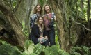 Daniela James (sentada), Simone Intrator (à esquerda) e Lena Trindade: equipe unida em prol do projeto Foto: Guito Moreto / Agência O Globo