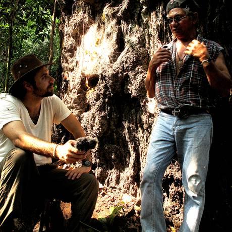 Felipe Milanez entrevista Zé Cláudio, que foi assassinado em 2011: jornalista se tornou pesquisador Foto: Arquivo pessoal